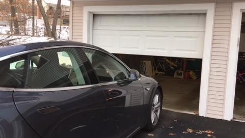 Los coches Tesla abren la puerta y entran y salen solos del garaje