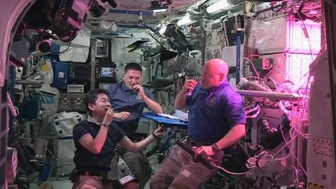 Astronautas comiendo por primera vez la lechuga espacial