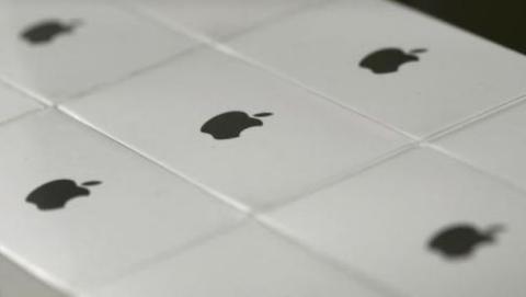 Apple retira adaptadores eléctricos por riesgo de descargas