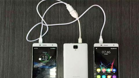 Oukitel K4000 Pro puede cargar otros dispositivos, como si de un powerbank se tratara.