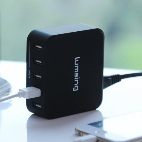 Lumsing presenta un cargador con 5 puertos USB inteligentes