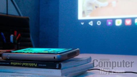 """El ZTE Spro Plus permite pasar de una tablet de 8,4 """" a proyector portátil con pulsar un botón"""
