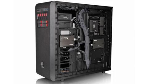 La gestión de cables permite mantener el cableado ordenado y fuera del flujo de aire fresco.