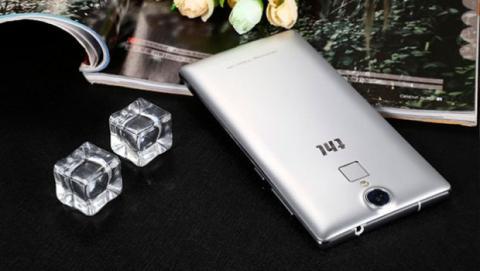 El THL T7 es un móvil sobrio que ofrece el acabado en plata como única opción, pero que en su parte trasera incluye un lector de huella dactilar.