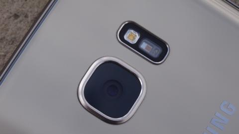 Detalle de la cámara principal del Samsung Galaxy S7 Edge