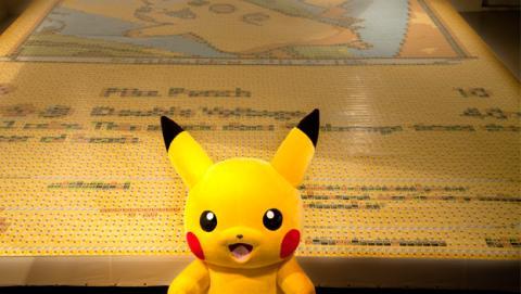 Un Pikachu gigante hecho de 13.000 cartas Pokémon