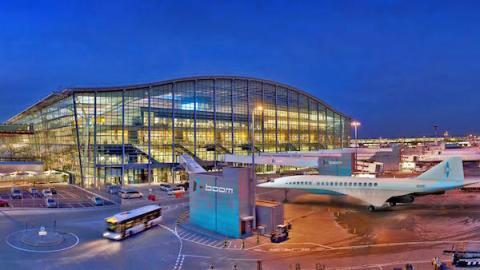 Modelo de aeropuerto de Londres con avión de Boom