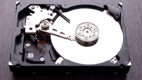Los discos duros magnéticos cuentan con varias partes móviles que son susceptibles al desgaste.