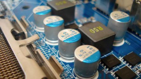 Elegir componentes para tu PC que contengan condensadores de estado sólido de calidad y bobinas de ferrita.