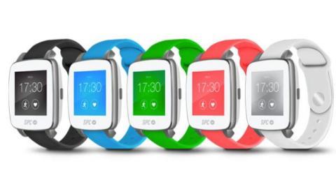 se combinan con los cinco colores disponibles para sus pulseras de poliuretano: negro, azul, verde, rosa y blanco.