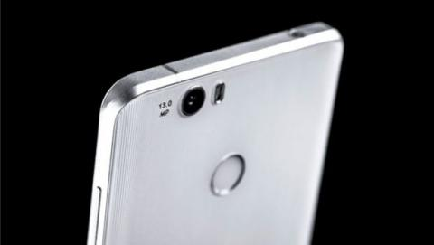 Se opta por el cristal en lugar del metal y se ha creado un perfil curvado en sus laterales .