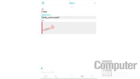 Cuando guardes un mensaje del chat, este se mostrará con un fondo gris tanto en tu pantalla, como en la de tu amigo, por lo que él también sabrá que has guardado ese mensaje.