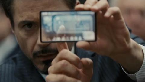 Tony Stark con un móvil transparente en la película Iron Man