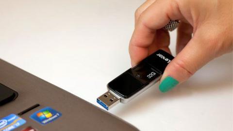 ¿Es importante quitar el USB de forma segura?
