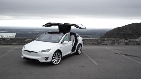 Un Tesla Model X choca contra el guardarraíl de la carretera