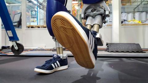 robot camina