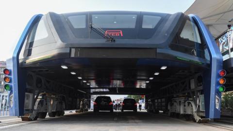 China construye el autobús que circula sobre los coches
