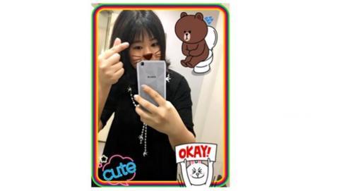 enviar un selfie divertido frente a un espejo
