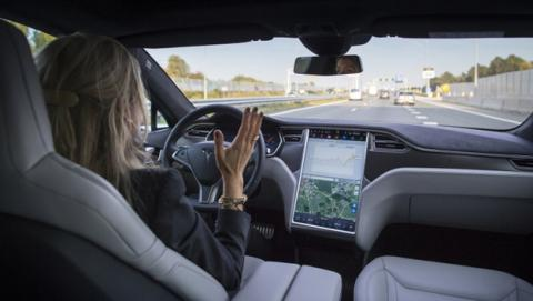 Un hombre se salva gracias al piloto automático de Tesla