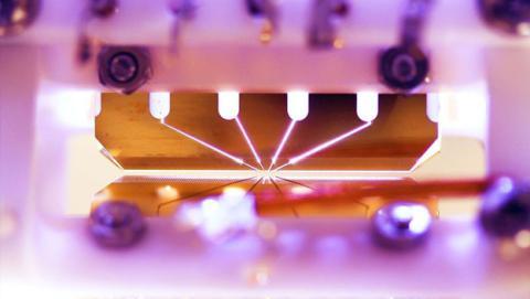 Trampa de iones con cuatro electrodos