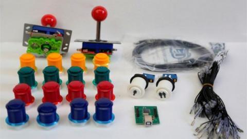 Los joysticks y botones originales le dan un aspecto más retro