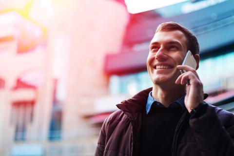 Persona hablando por teléfono móvil 5G