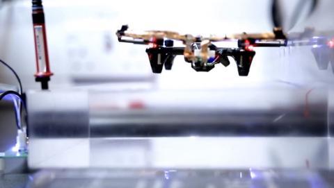 Consiguen hacer volar un dron eternamente sin batería