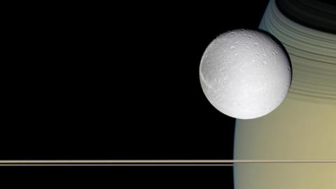 Luna Dione en torno a Saturno