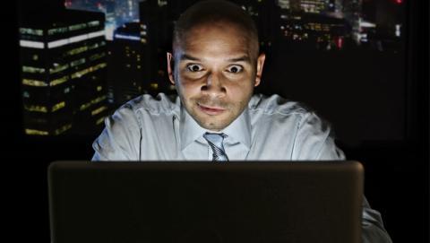 Hombre viendo porno mientras trabaja