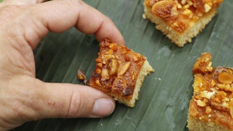 Deliciosa barra de proteínas de miel con abejas