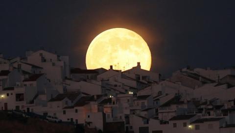Seis trucos para fotografiar la Superluna del 14 de noviembre. Foto: REUTERS/Jon Nazca