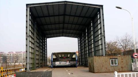 El autobús chino que pasa por encima de los coches lleva meses parado