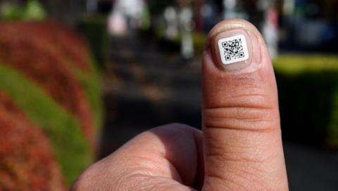 Códigos QR en las uñas para que no se pierdan los ancianos