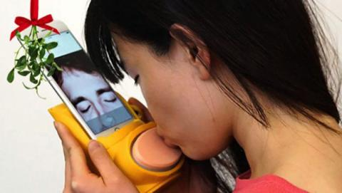 Kissenger, una funda para el teléfono que simula los besos