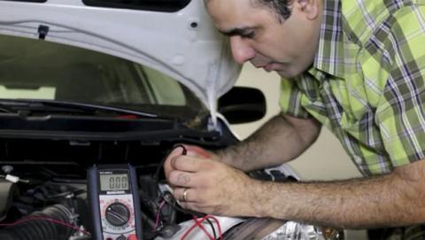 Arrancar el coche con pilas sí es posible, según este vídeo
