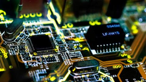 La máquina virtual emula todos sus componentes