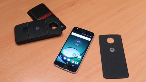 El Moto Z Play junto a los módulos