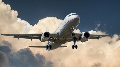 Entre los riesgos de viajar en avión, el cáncer por la radiación es uno de los principales