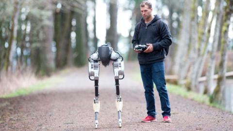 robot bipedo camina