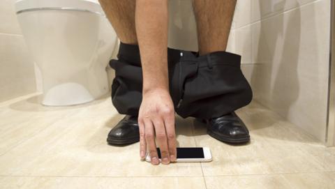 El estudio lo deja claro: todos utilizamos el móvil en el baño