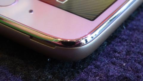 Los laterales de la pantalla no son de metal; en realidad es plástico con acabado metálico