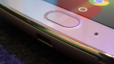 Detalle de cómo queda el lector de huellas respecto a la altura de la pantalla
