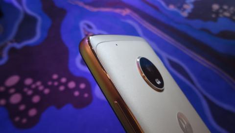 El Moto G5 Plus se siente muy bien en la mano