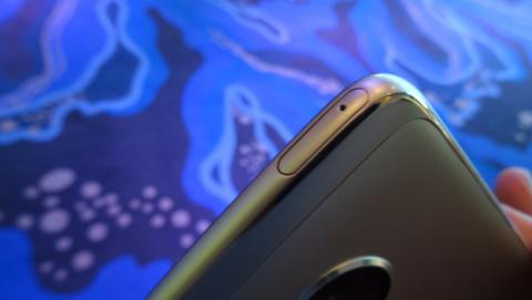 La bandeja de las tarjetas físicas está en la parte superior del móvil