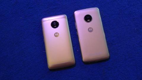 El Moto G5 comparado por detrás al lado del G5 Plus