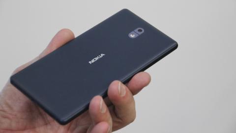La carcasa trasera del Nokia 3 es de plástico, pero los laterales sí son de metal