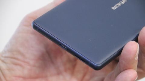 El puerto microUSB está en la parte inferior del teléfono