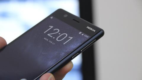 Los botones físicos de encendido y volumen están en el lateral derecho del Nokia 3