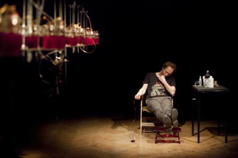 El artista ruso que crea música con su propia sangre