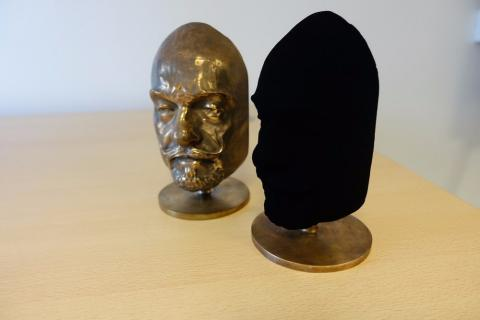 Científicos logran rociar un objeto con el material más negro del mundo